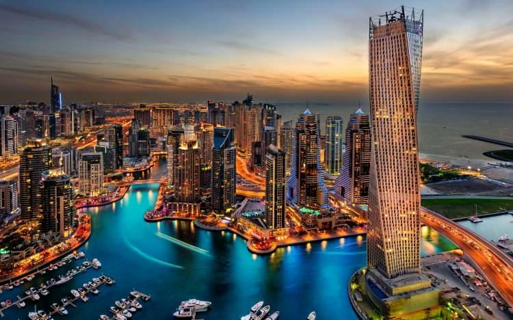 <p>12- DUBAI / BİRLEŞİK ARAP EMİRLİKLERİ</p>  <p>Dubai; modern kültürle tarihin, macerayla dünya standartlarında alışverişin ve eğlencenin harmanlandığı bir destinasyondur. Dubai Opera'da bir şova gidin, Burç Halife'nin tepesinden şehir merkezini izleyin ve bir öğleden sonranızı Dubai Koyu'nda altın, tekstil ve baharat pazarlarını keşfederek geçirin. Heyecan arıyorsanız sıcak hava balonuyla çöldeki kum tepeleri üzerinde gezinebilir, IMG Worlds of Adventure'da yüksek hızlı araçlara binebilir veya Palm Cumeyra'da hava dalışı yapabilirsiniz.</p>