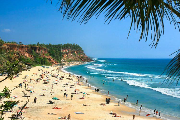 <p>11- GOA / HİNDİSTAN</p>  <p>Hindistan'da plaj tatili kulağa çelişkili gelebilir, ancak Goa'nın kumlu sahili deniz kenarında dinlenmek için mükemmeldir. Plaj kulübesinde bir koltuğa kurulup, Kingfisher birası yudumlayarak güneşin tembel bir şekilde ufukta batışını seyrederken köri kokusunun keyfini çıkarın. Eski Goa'da muhteşem Bom Jesus Bazilikası, UNESCO Dünya Mirası Listesi'ndedir ve barok mimarinin iyi bir örneğidir. Doğu ve Batı'nın adeta gerçeküstü dini ve kültürel etkinliklerini görmek için Noel zamanı ziyaret edin.</p>