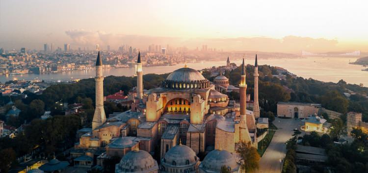 """<p>10- İSTANBUL / TÜRKİYE</p>  <p>Yüzyıllar boyunca bu kıymetli kara parçasına pek çok kültür kendi damgasını vurmuştur. Günümüzde bu etkileri İstanbul'un mahallelerini birinci elden keşfederek deneyimleyebilirsiniz. Sultanahmet'teki kutsal yerleri, Beyoğlu'nun 19. yüzyıl şıklığını, Nişantaşı'nın lüks modasını, Kadıköy'ün coşkulu kafe ahalisini ve Beşiktaş'ın futbol aşığı sokaklarını gördüğünüzde, gezginlerin neden """"İstanbul tek bir şehir değil, bir şehrin içinde pek çok şehirdir"""" dediklerini çok daha kolay anlarsınız.</p>"""