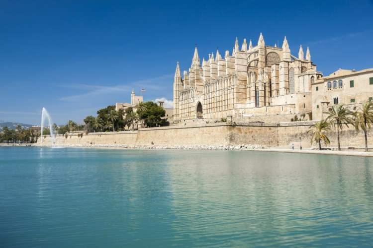 <p>9- BARSELONA / İSPANYA</p>  <p>Bir zamanlar Salvador Dali'nin yaşadığı ve İspanyol Katalan mimar Antoni Gaudí'nin çeşitli şehir binalarını tasarladığı Barcelona biraz gerçek üstü bir his verir. Gaudí'nin Sacred Family Kilisesi'ne adımınızı attığınızda aynaların içine düşmüş gibi olursunuz; bu seyahate Güell Parkını ziyaret ederek devam edebilirsiniz. Las Ramblas'ta bir kaldırım kafesinde otururken, ışıltılı sokak sanatçılarını izleyin, sonra tapas barlarda dolaşarak kendinize bir şölen sunun.</p>