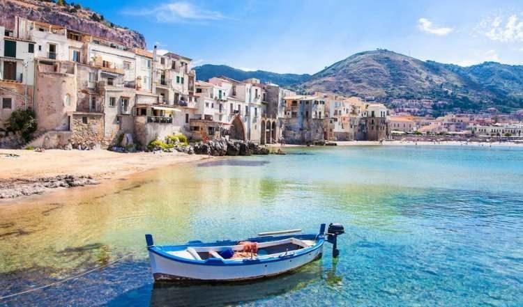 <p>7- SİCİLYA / İTALYA</p>  <p>Akdeniz'in en büyük adası, Messina Boğazı ile ana karadan ayrılmaktadır. Dağlık bir bölge olan Sicilya Sahili ve küçük adalar, aralarında Etna, Stromboli ve Vulcano'nun da olduğu yanardağların eteğinde uzanmaktadır. Yunanlar, Romalılar, Normandiya'lılar, Katalanlar, başkent Palermo'da Bizans Sarayları, Gotik Kaleler ve Barok tarzında pek çok yapı ile adada izlerini bırakmıştır. Büyük kasabaların pek çoğunda ilgi çekici müzeler bulunabilir ancak Agrigento'da bulunan Etna ve Helen dönemine ait tapınaklar özellikle görülmesi gereken özel mekanlardır.</p>
