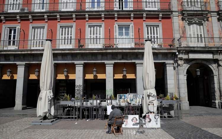 <p>Özellikle turistleriyle ünlü sokaklar, tarihi meydanlar ve ziyaret yerleri bomboş kaldı.</p>