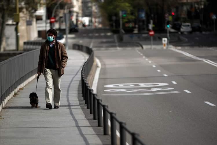 <p>Özellikle turist akınına uğrayan ünlü meydanların gözle görünür bir boşluk halinde bulunurken, dışarı çıkanların da maske ve eldivenli bir şekilde olduğu gözlendi.</p>