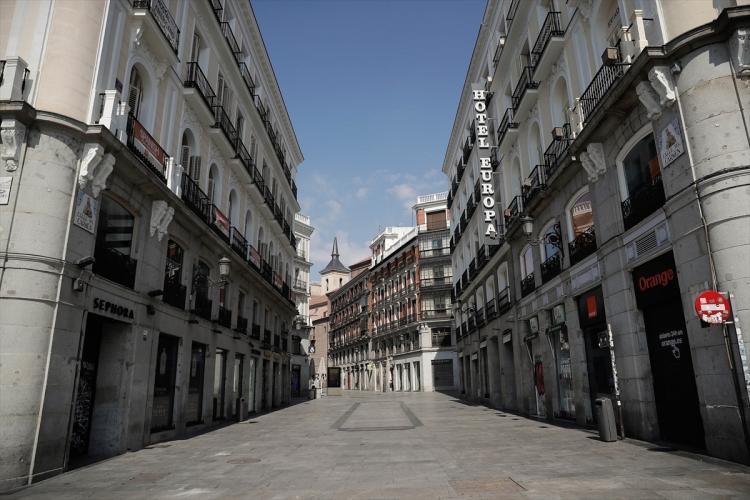 <p>Diğer yandan İspanyol basınındaki haberlerde, olağanüstü haldeki sokağa çıkma kısıtlamasını ihlal edenlere 100 ila 600 avro ceza kesileceği belirtildi.</p>