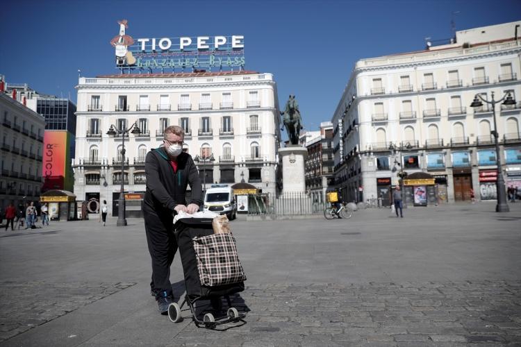 <p>Olağanüstü hale İspanyolların çok büyük oranda uyduğu, meydan ve caddelerin neredeyse tamamen boş olduğu gözleniyor.</p>