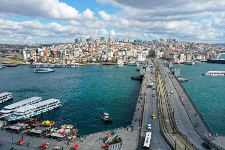 <p>Cumhurbaşkanı Recep Tayyip Erdoğan'ın Koronavirüs'e karşı evde kalma çağrısı karşılık buldu. Özellikle iğne atsan yere düşmeyecek derecede kalabalığa sahip olan tarihi yarım ada, belki de tarihinin en sakin dönemlerinden birini yaşıyor.</p>