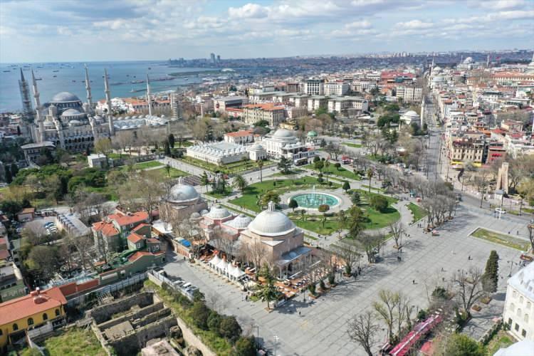 <p>Meydanda kuruyemiş dükkanı bulunan Osman Çakır, 11 yıldır aynı yerde çalıştığını ve Eminönü Meydanı'nı hiç sakin görmediğini söyledi.</p>