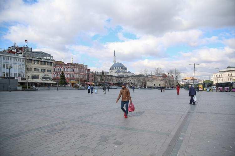 <p>TarihiYarımada'nın en önemli meydanlarından olan Sultanahmet Meydanı da boş kaldı.</p>
