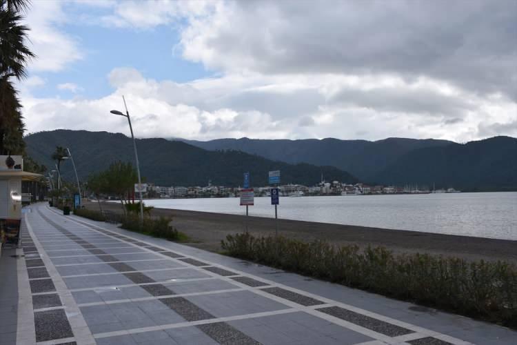 <p>İlçede, polis ekipleri de sahil kenarında devriye görevi yaptı.</p>  <p></p>