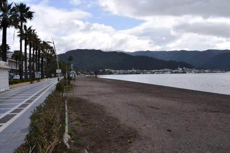 <p>Marmaris'te de sahil, plaj ve piknik alanları yasağına uyulduğu görüldü. Atatürk Meydanı, Atatürk Caddesi yürüyüş yolları boş kaldı.</p>