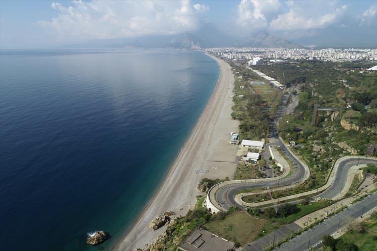 <p>Antalya da tıpkı Muğla gibi turizm merkezlerindekoronavirüs (Kovid-19) tedbirleri kapsamındasahil ve plajlar en sakin günlerini yaşıyor.</p>  <p></p>