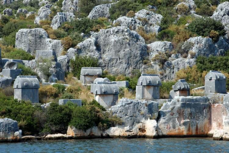 """<p>Ünlü yazar Falih Rıfkı Atay'ın 'Bizim Akdeniz' adlı kitabında, 'Bu dünyada cennet varsa, o da Antalya'dan Fethiye'ye kadar olan Akdeniz kıyılarıdır. Ama rivayet odur ki o cennet Kekova'dır"""" diye tanımladığı Kekova, bünyesinde barındırdığı doğal ve tarihi güzelliklerle her yıl binlerce yerli ve yabancı turisti ağırlıyor. Tarih, deniz ve doğanın içi içe olduğu bir cennet olarak adlandırılan Kekova'nın merkezi Demre'ye bağlı Üçağız Mahallesi, geçmişte Rum balıkçı köyü olarak biliniyor.</p>"""