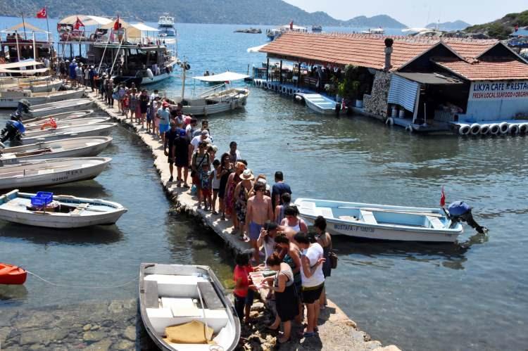 <p>Yukarı tırmanırken Kaleköy'ün üretken kadınları el işi yazmaları, doğal ürünleri satmak için çaba harcıyor. Kaleköy'e özgü keçi sütünden yapılan dondurma da satılıyor. Kaleköy'deki denizin içindeki Likya lahdi, Türkiye'nin turizmdeki tanıtım objesi olarak binlerce yıla tanıklık ediyor. Kalenin etrafındaki yüzlerce Likya lahdi de dimdik ayakta duruyor.</p>