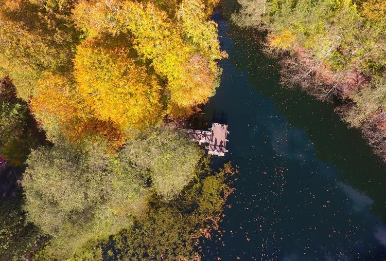 <p>Turistler, göllerin çevresinde yürüyüş, piknik alanlarında piknik yaparak, kamp alanlarında çadır kurarak, şelale, dilek çeşmesi, Gülen Kaya bölgesinde büyüleyen doğayı fotoğraflayarak, tatillerinin keyfini çıkarıyor.</p>