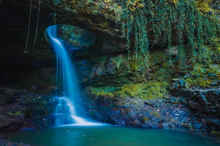 <p>Borçka ilçesindeki Karagöl Tabiat Parkı'nda sonbaharın gelişiyle oluşan renk cümbüşü ziyaretçilerini hayran bırakıyor. Gölün ortasında ufak bir kayalığa bağlanan sandallar kartpostallık görüntüler oluştururken göle yansıyan farklı renklerdeki ağaçlar görenlerin beğenisini topluyor.</p>