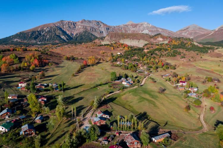 <p>Artvin'de sonbaharda yeşil, sarı ve mavi renklerinin muhteşem uyumu havadan görüntülendi. Her mevsim ayrı güzelliğe bürünen Borçka ilçesindeki Karagöl Tabiat Parkı'nda masalsı görüntüler oluştu.</p>