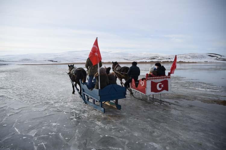 <p>Dondurucu soğuklar yüzünden gölün bu bölümünde buz kalınlığının 25-30 santimetre kalınlığa ulaşmasıylagöl üzerinde atlı kızak gezintileri başladı.</p>