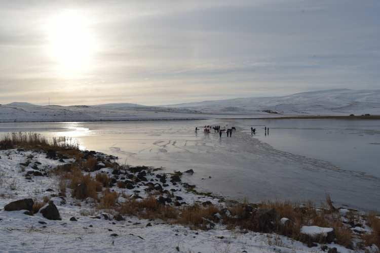 <p>Atlı kızak heyecanı yaşayan Döndü Kaya ise her yıl atlı kızak heyecanı yaşamak için Çıldır Gölü'ne geldiklerini ifade ederek, şunları söyledi:</p>
