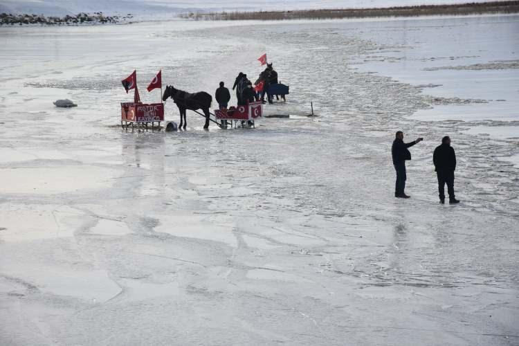 """<p>""""Atlı kızak sezonunu açtık ve burasıçok güzel. Stres atmaya geldik, çocuklarla çok eğlendik. Göl yeni buz tuttuğu için ilk etapta korktuk ama bir süre sonra alıştık. Yerli ve yabancı turistler gelip bu heyecanı yaşasınlar.""""</p>"""