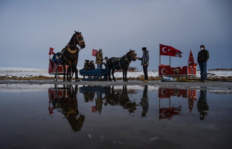 <p>Kars ile Ardahan arasındakikış aylarında yüzeyi tamamen buzla kaplanan bölgenin en bülük ikince gölü Çıldır Gölü,Kars'ın Arpaçay ilçesine bağlı Taşbaşı köyü mevkii, hava sıcaklığının sıfırın altında 10-12dereceye kadar düşmesiyle kısmen buz tuttu.</p>
