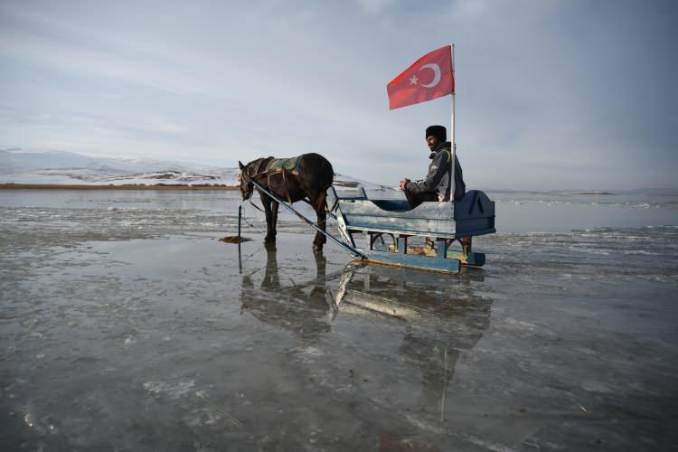 <p>Gölün henüz kar yağmadığı içincam gibi altı gözüken buzla kaplı bölümündeatlı kızaklarla gezinti yapan ya da yürüyerek dolaşan ziyaretçiler hem heyecanlı anlar yaşıyor hem de doğanın muhteşem görüntüsünün tadını çıkarıyor.</p>