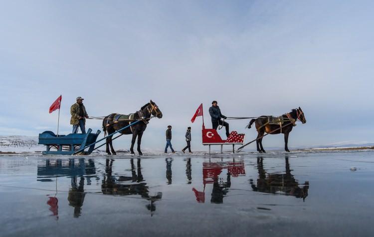 <p>Yüzeyinin bir kısmı donanÇıldır Gölü'nde, atlı kızakçılar, kar yağmadığı içincam gibi altındakibalıkların ve yosunların gözüktüğü buzun üzerindeziyaretçilerine gezinti yaptırıyor.</p>