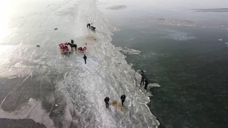 <p>Balıkçıların Eskimolar gibi kışın yüzeyindeki buzu kırıpiçiresine ağ atarak balık tuatılarak balık tuttuğu Çıldır Gölü'negelen ziyaretçiler, atlı kızaklarla gezinti yapıyor.</p>