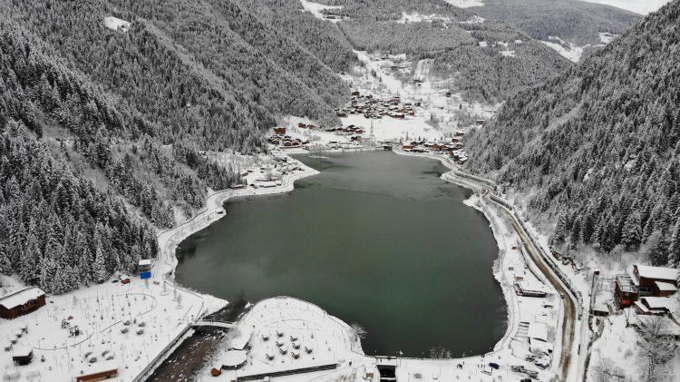 <p>Türkiye'nin en önemli turizm destinasyonlarından biri olan Trabzon'da bulunan Uzungöl, soğık havalar ve kar yağışı sonrası kısmen dondu.</p>