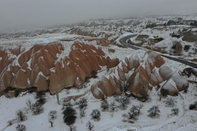 """<p>Kar yağışının ardından Kapadokya'nın eşsiz bir manzaraya kavuştuğunu ifade eden Nanda,<em>""""Burada karla karşılaşmaktan çok mutlu oldum. Kapadokya'ya iki yıl önce yine gelmiştim, bu harika yeri çok seviyorum. Kapadokya'da, dünyanın başka yerinde göremeyeceğim güzellikler var.""""</em>dedi.</p>"""