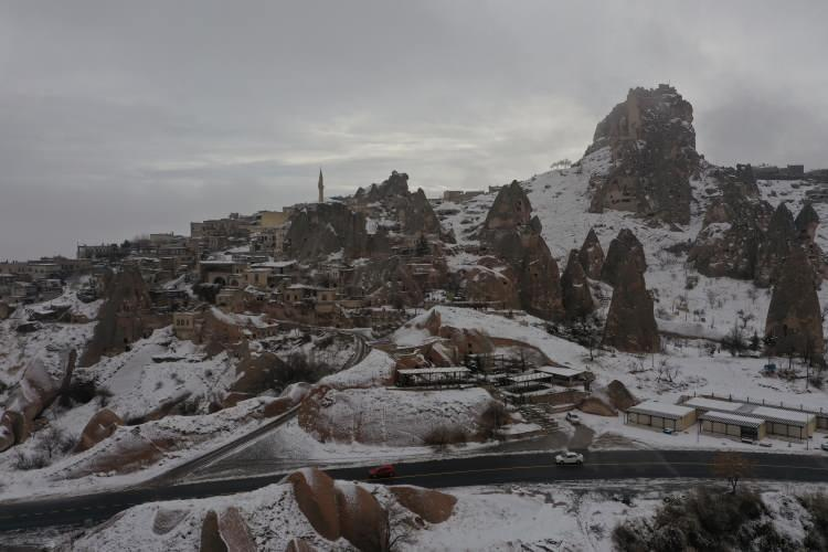 """<p>urist rehberi Nurven Yuvarlak da Kapadokya'nın, doğayla iç içe ve kendine özgü bir yapıya sahip olduğunu, konuklarına her mevsim ayrı manzara sunduğunu kaydetti.<br /> Turistlerin, Kapadokya'ya hayran kaldığını dile getiren Yuvarlak,<em>""""Kapadokya'ya kar yağdığı zaman peribacaları gelinlik giymiş gibi olur. Bölgedeki güzellikleri görmek için insanlar dünyanın dört bir yanından buraya geliyor. Kapadokya'daki aktivitelere katılan turistler burada zamanın nasıl geçtiğini anlamıyor. Kapadokya, herkesin mutlaka görmesi gereken özel bir yer.""""</em>diye konuştu.</p>"""