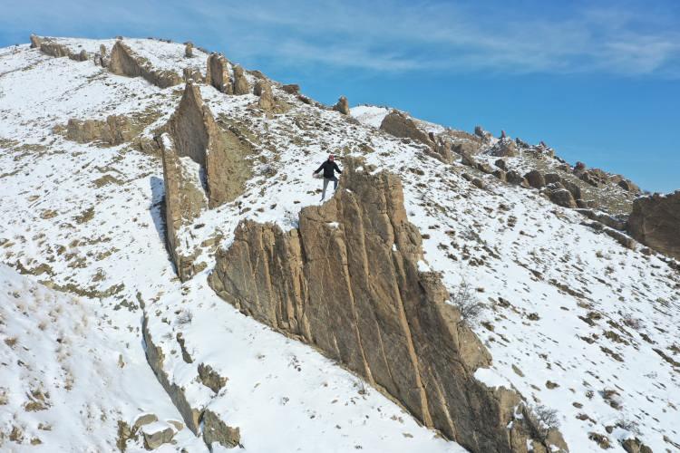 <p>Ortasından geçen akarsukenarında 70 metreye kadar uzanan dik kayalar, dağcılar tarafından ilgi görüyor.</p>