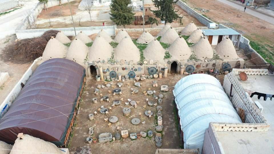 <p>Konik çatılara sahip, taş yapıların neden böyle bir mimariyle yapıldıkları konusunda ise farklı rivayetler mevcut. Bir rivayete göre dönemin kralı, kendisinden izinsiz yerleşim yeri kurmayı yasakladığı için var olan evlerden yüksek vergi alınmasını emretmiş.</p>