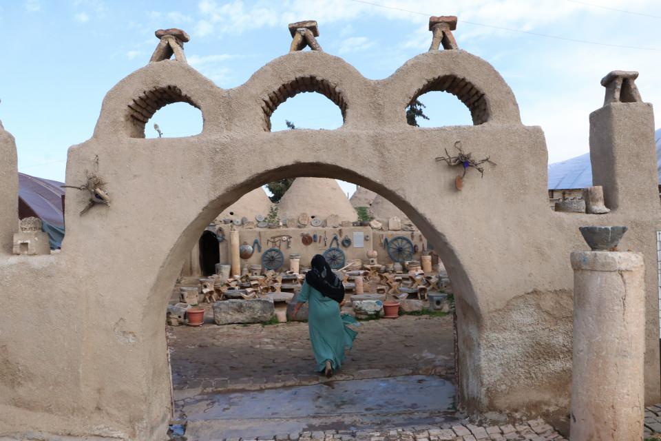 <p>Tarihi ve kültürel zenginlikleri ile dikkat çeken Şanlıurfa'nın Harran ilçesi de ilk İslam Üniversitesinin kalıntıları ve konik kubbeli kümbet evleri ile yerli ve yabancı turistlerin ilgisini çekiyor.</p>