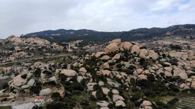 <p>Türkiye'nin en büyük jeopark alanı olmaya aday Aydın ve Muğla sınırındaki Gökbel vadisinde bulunan kayalar ilginç görünümleri ile dikkat çekiyor. Yerleşim birimleri ile iç içe olan ilginç kayalar bilim-kurgu filmlerindeki görüntüleri andırıyor. </p>