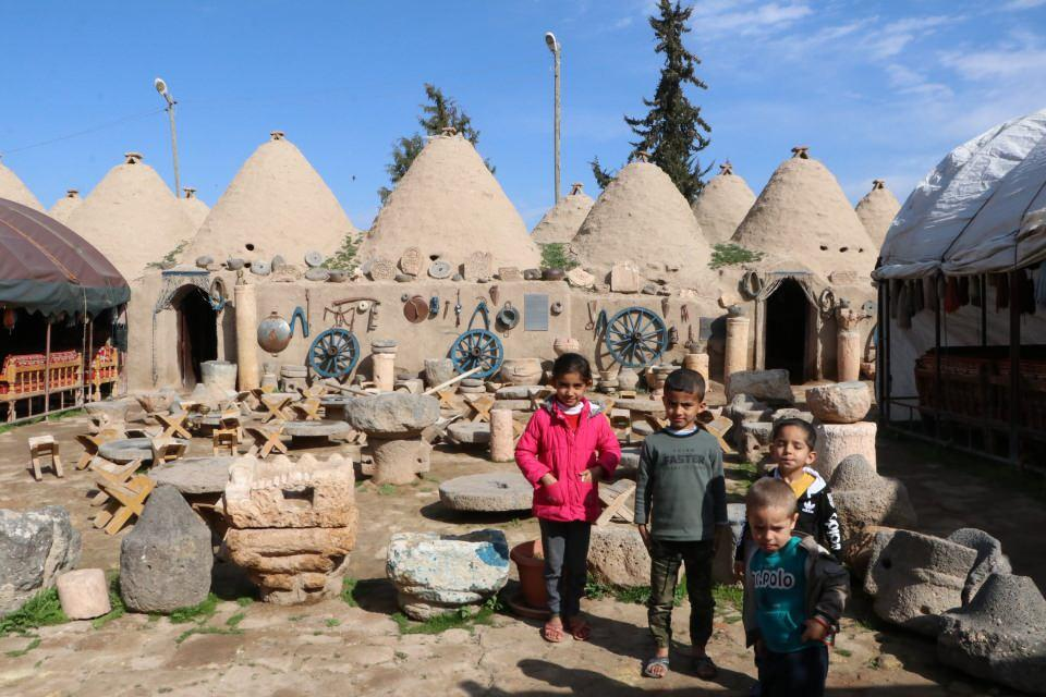 <p>Unesco Dünya Mirası Geçici Listesi'nde yer alan Şanlıurfa'nın Harran ilçesi, konik kubbeli evleriyle ilgi çekiyor. Dışı balçıkla içi ise yumurta akı, toprak, saman ve gül yağı karışımı ile elde edilen karışımla sıvanan evler, yazın serin kışın ise sıcak kalması özelliği ile ziyaretçilerini şaşkına çeviriyor.</p>