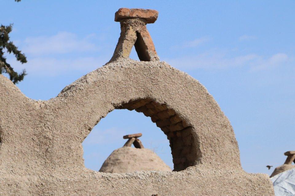 <p>Halk da buna çözüm olarak küçük kireç taşlarını harç koymadan üst üste yığıp yaptıkları evleri bulmuş. Böylece vergi memurları geldiğine evlerini kolayca yıkıp, gittiklerinde ise tekrar yapabiliyorlarmış.</p>  <p></p>