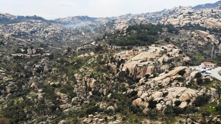 """<p>Yatağan'ın gönüllü kültür sanat elçisi olarak bilinen araştırmacı-yazar Tarcan Oğuz, kayaların en gencinin 15 milyon, en yaşlısının ise 1 milyar yaşında olduğunu söyledi. Oğuz,<em>""""Şu an bulunduğumuz bölge Gökbel vadisi Haciveliler bölgesi. Kayalar Türkiye'nin en yaşlı ve en genç kayaçları bunlar. En genç kayaçlar 15 milyon yaşında. En yaşlı kayaçlar da 1 milyar yaşında. Metaforik kayaçlardır. Bunlar görsel olarak ender bulunan kayaçlardır. Bu kayaçların 400-600 milyon yaşında olanlar da maden ve mermer yataklarını oluşturmaktadır. Bu bölgede 45 adet mermer ocağı, maden ocakları kömür işletmeleri bulunmaktadır. Buralarda feldspat ve krom işletmeleri de bulunuyor""""</em>dedi.</p>"""