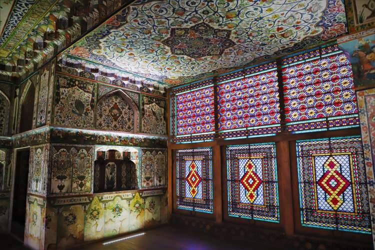 <p>Azerbaycan'ın tarihi ve doğal güzellikleriyle ünlü Şeki şehrindeki Han Sarayı turistlerin en fazla ziyaret ettiği yapıtların başında geliyor.Azerbaycan Orta Çağ mimarisinin önemli eserleri arasında gösterilen, UNESCO tarafından 2019'da Dünya Kültür Mirası Listesi'ne alınan Şeki Han Sarayı, doğa ve tarihin iç içe geçtiği bir mekan olarak, görenleri kendine hayran bırakıyor.</p>  <p></p>