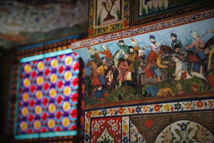 <p>Şeki Hanlığının kurucusu Hacı Çelebi Hanın torunu Muhammed Hüseyin Han Müştag tarafından 1762 senesinde yazlık ikametgah olarak inşa edilen sarayın çevresi, surlarla çevrili. Surların arkasında ise ormanla kaplı dağlar uzanıyor.İki kat, altı oda ve iki aynalı balkondan oluşan sarayın salon ve odalarının duvarları renkli işlemeler, motifler ve savaş sahnelerinin yansıtıldığı duvar resimleriyle süslü.</p>