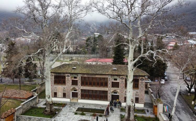 <p>Sarayın tarihi ve mimarisine ilişkin rehberlerden bilgi alan turistler bol bol fotoğraf çektirdiği, tarih ve doğayla iç içe bir mekanda bulunmanın keyfini çıkarıyor.<br /> </p>