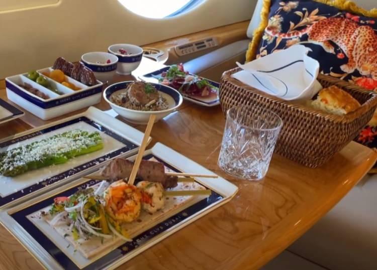 <p>Birleşik Arap Emirliği'nin (BAE) en yüksek nüfuslu emirliği Dubai merkezli özel havacılık şirketi Jetex, Ramazan ayı boyunca müşterileri için gökyüzünde iftar hizmeti sunacağını açıkladı.</p>