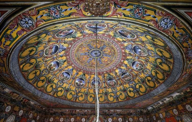 """<p>Kuzey Makedonya'nın Kalkandelen (Tetovo) şehrindeki Osmanlı mirası Alaca Cami, zarafetiyle ender tarihi yapılardan biri olarak gösteriliyor.Kalkandelen'i ortadan bölen Pena Nehri'nin yakınında bulunan cami, ihtişamlı görünümüyle adeta tarihe meydan okuyor. Duvarlarındaki dekorasyonundan dolayı Alaca adını alan cami, """"Paşa Camisi"""" olarak da biliniyor.</p>"""