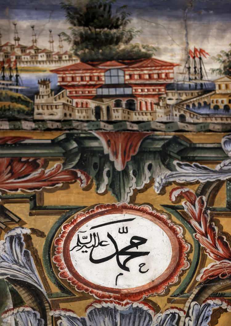 <p>Kasami, Alaca Cami'nin benzerini daha önce görmediğini ifade ederek, süslemeler arasında bulunan köşk ve konak resimlerinin Endülüs medeniyetinden esinlenerek yapılmış olabileceğini aktardı.</p>