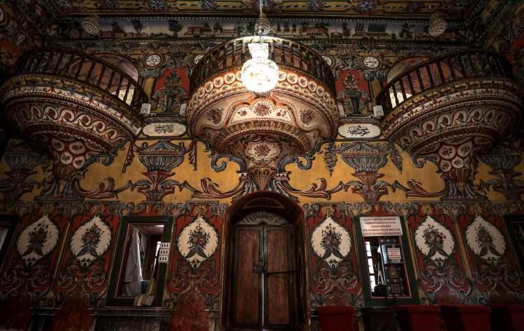 <p>Hurşide ve Mensure kız kardeşlerin çeyiz paralarını bağışlayarak 15. yüzyılda yaptırdığı rivayet edilen cami, iç ve dış cephe süslemeleriyle ziyaretçilerinin ilgisini çekiyor. Avlusunda, kız kardeşlerin türbelerinin de bulunduğu Alaca Cami, 19. yüzyılda Abdurrahman Paşa tarafından büyük bir tadilattan geçirilerek bugünkü görünümüne kavuşturuldu.</p>