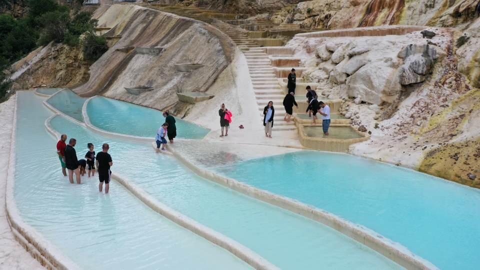 <p>Göletlerin arasında ziyaretçiler için yürüyüş yolları yapıldı. Mineralli suların aktığı alandaki yürüyüş yolları ve taşların bazı bölümleri, zaman içinde beyaza dönüştü, göller ise turkuaz renge büründü.</p>  <p></p>