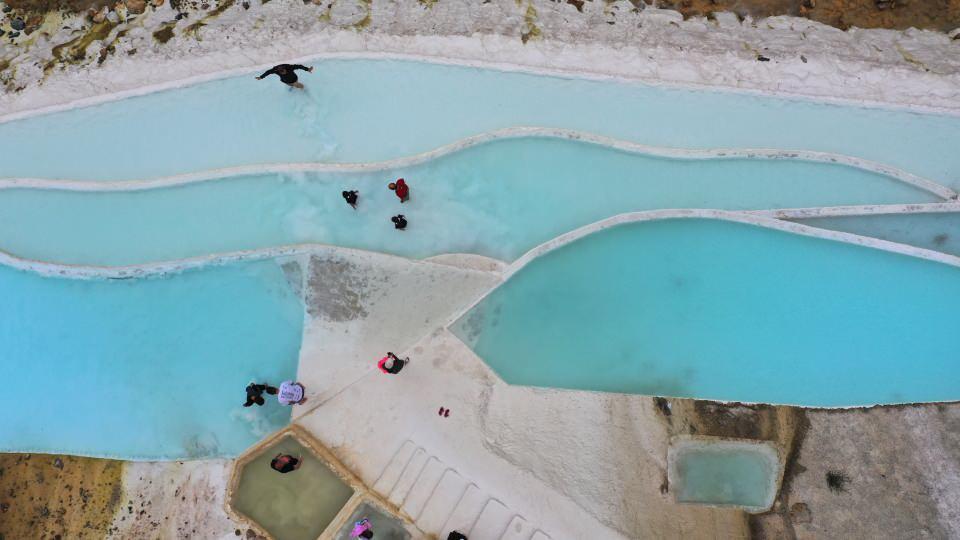<p>Giresun'un Dereli ilçesinde turkuaz renkli göletler ve beyaz taşlardan oluşan Göksu travertenleri, doğaseverlerin ilgisini çekiyor.</p>  <p></p>