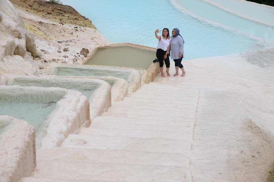 <p>Taşların tamamının mineralli suların etkisiyle zaman içinde beyaz rengi almasıyla proje tamamlanacak. Turkuaz rengi görünümüyle Pamukkale'yi andıran travertenler, proje henüz tamamlanmamasına rağmen adeta ziyaretçi akınına uğruyor.</p>  <p></p>