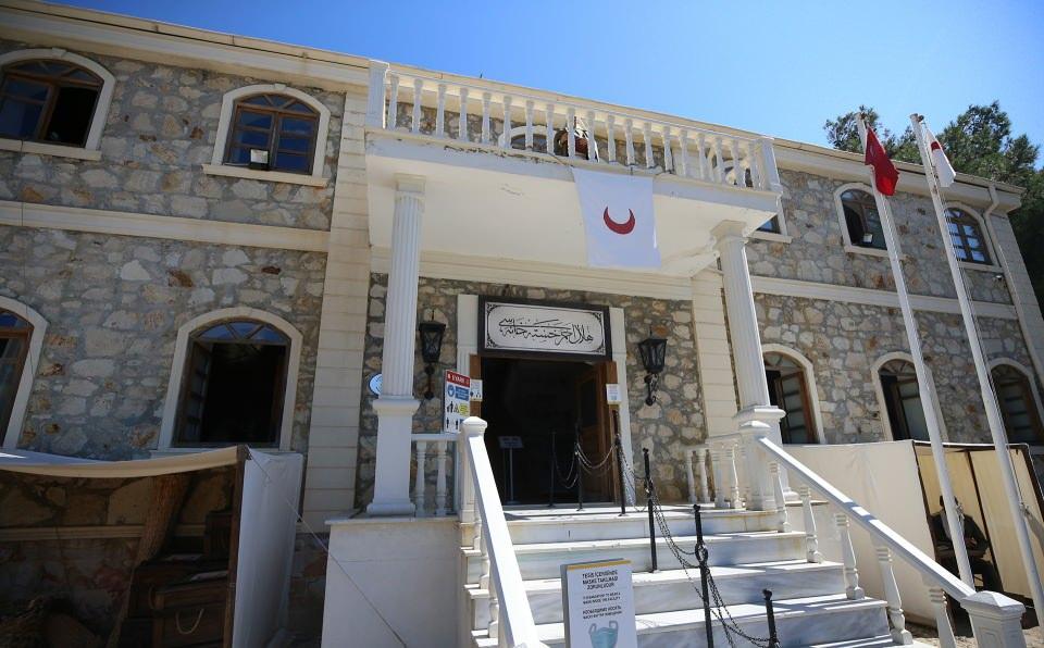 """<p>İkinci aşamada ise """"1915 Çanakkale Muharebeleri Sıhhiye Müzesi"""" çalışmaları tamamlandı. Gelibolu Yarımadası Çanakkale Savaşları Tarihi Alan Başkanlığı kontrolünde Konya Selçuklu Belediyesinin destekleri ve Sağlık Bilimleri Üniversitesinin katkılarıyla hazırlanan müze, 10 Ağustos Salı günü düzenlenecek törenle ziyarete açılacak.</p>  <p></p>"""
