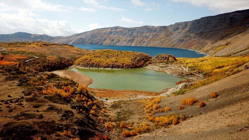<p>Dünyanın ikinci, Türkiye'nin en büyük krater gölü olan 2 bin 250 rakımdaki Nemrut Krater Gölü, sonbahar renkleriyle ayrı bir güzelliğe kavuştu.</p>  <p></p>