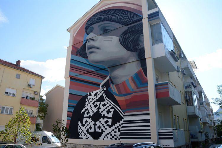 """<p>Bosna Hersek'in güneyindeki Mostar kentinin sokaklarını süsleyen birbirinden ilginç duvar resimleri, """"Street Art Cities"""" isimli platform tarafından dünyanın en etkileyici 25 sokak sanatı listesinde yer aldı.</p>"""